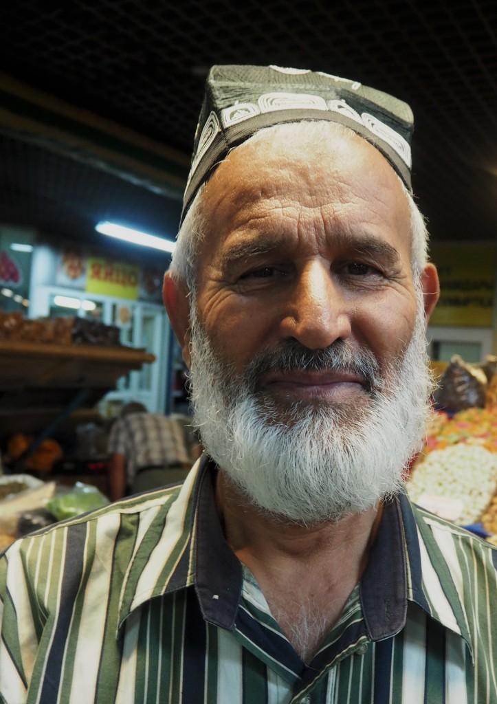 Zdjęcia: bazar w Ałmaty, płd.-wsch. Kazachstan, Sprzedawca daktyli, KAZACHSTAN