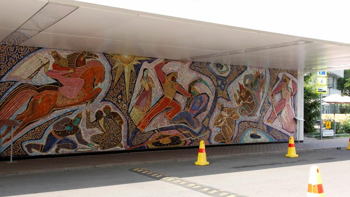 Zdjęcia: Ałma-Ata, Mozaika na budynku hotelu Ałmaty, KAZACHSTAN
