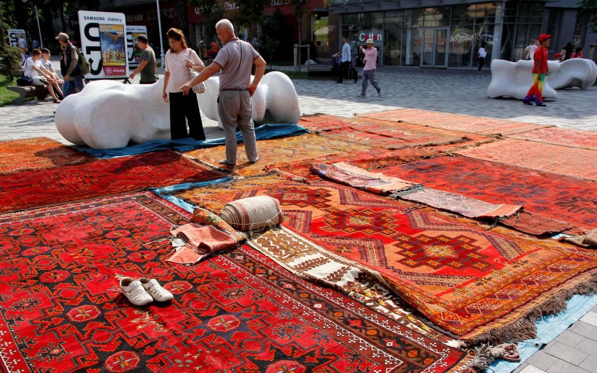 Zdjęcia: Ałma-Ata, Sprzedaż dywanów na jarmarku, KAZACHSTAN