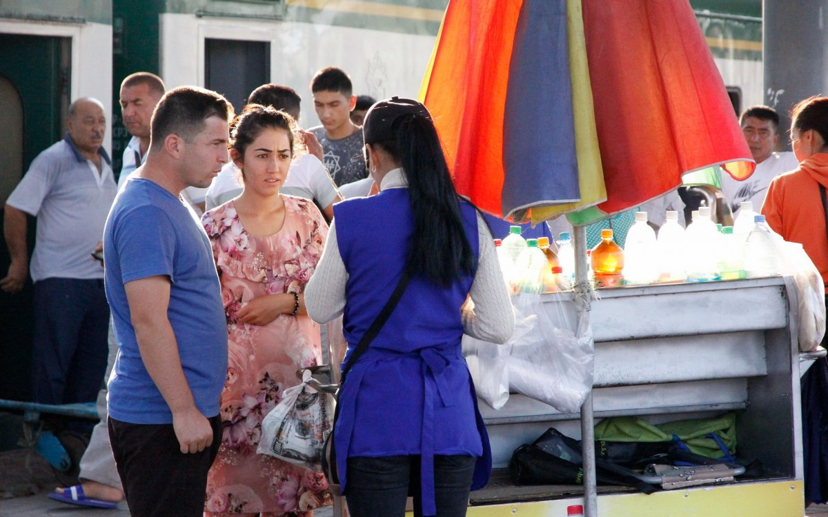 Zdjęcia: Ałma-Ata, Obwód ałmacki, Zakupy na peronie, KAZACHSTAN