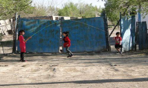 KAZACHSTAN / Czunża / przed domem / Kazachskie dzieciaczki