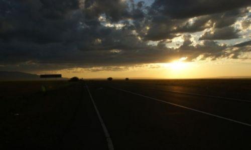 Zdjęcie KAZACHSTAN / Ebro / Ebro / Nocka na drodze