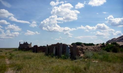 Zdjecie KAZACHSTAN / 70 km na północ od Bałchasz / Bektau-Ata Trakt / Samotna nekropolia