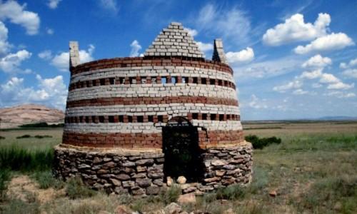 KAZACHSTAN / 70 km na północ od Bałchasz / Bektau-Ata Trakt / Grobowiec