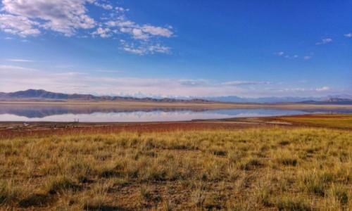 Zdjecie KAZACHSTAN / Południowo-wschodni Kazachstan / Jezioro Tuzkol z pasmem Tien Shan i szczytem Khan Tengri / Słone jezioro Tuzkol