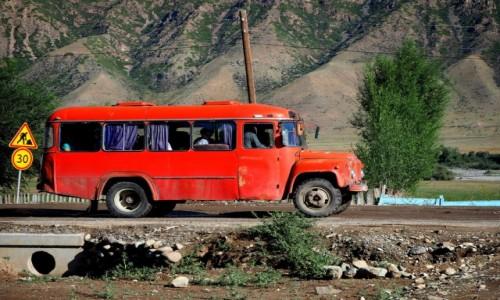 Zdjęcie KAZACHSTAN / płd.-wsch. Kazachstan / Saty / Czerwony autobus