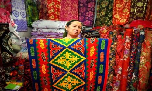 KAZACHSTAN / płd. Kazachstan / bazar w Turkiestanie / Kazachski deseń