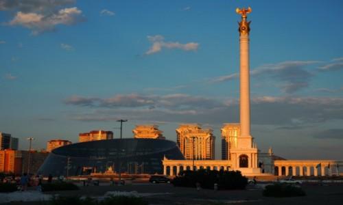 KAZACHSTAN / płn. Kazachstan / Astana, Plac Niepodległości / Monument Kazakh Eli