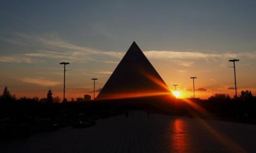 Zdjecie KAZACHSTAN / płn. Kazachstan / Astana / Piramida Pokoju i Pojednania o zachodzie