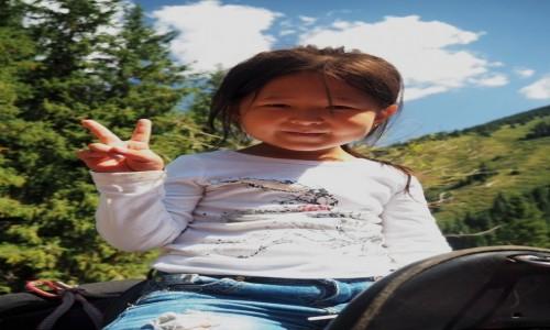 Zdjecie KAZACHSTAN / płd.-wsch. Kazachstan / Park Narodowy Kolsay Lakes / Dziewczynka w siodle