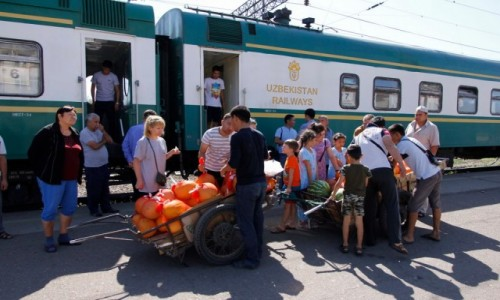 Zdjecie KAZACHSTAN / Obwód żambylski / Szu / Handel na peronie