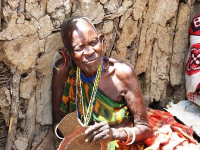Zdjęcia: wioska Masajow, Masaj-Mara, najstarsza w wiosce..., KENIA