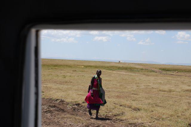 Zdjęcia: SAFARI, Masai Mara, MASAI FOTOGRAFOWANY Z OKNA JEEPA, KENIA