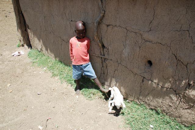 Zdjęcia: SAFARI, Masai Mara, Mały przyszły Masai z kozą, KENIA