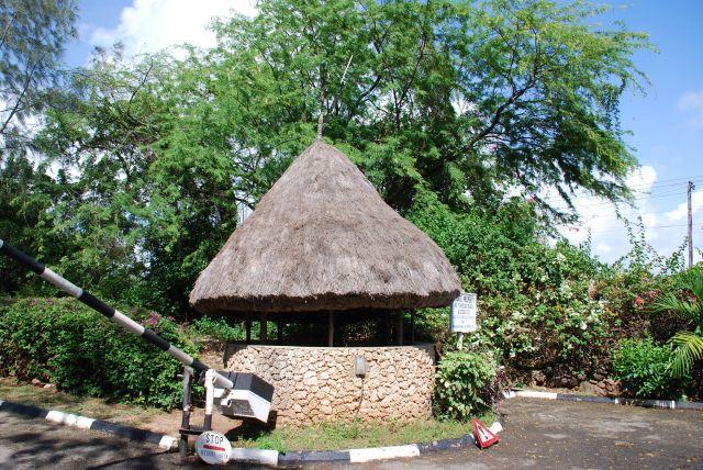 Zdj�cia: Przy Holelu Palm , Coral Beach, Wybrze�e, Budka Stra�nicza, KENIA