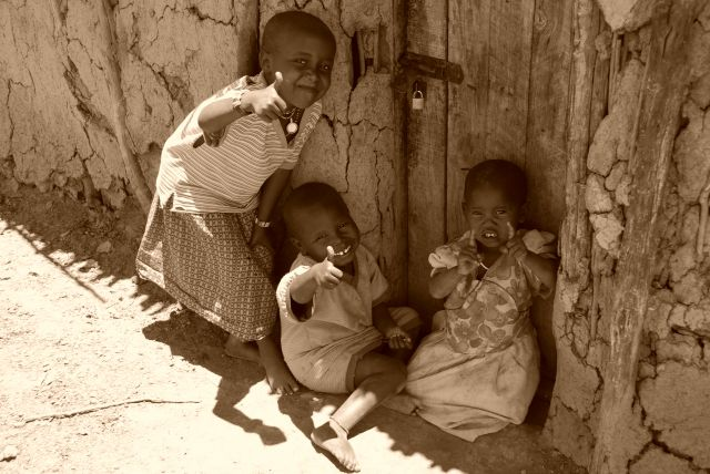 Zdj�cia: WIOSKA MASAJ�W, Masai Mara, Dzieciaki w wiosce Masaj�w 2, KENIA