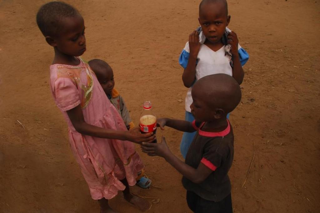 Zdjęcia: podwórko przed czwartą budą od lewej, Kisasi, cola, KENIA