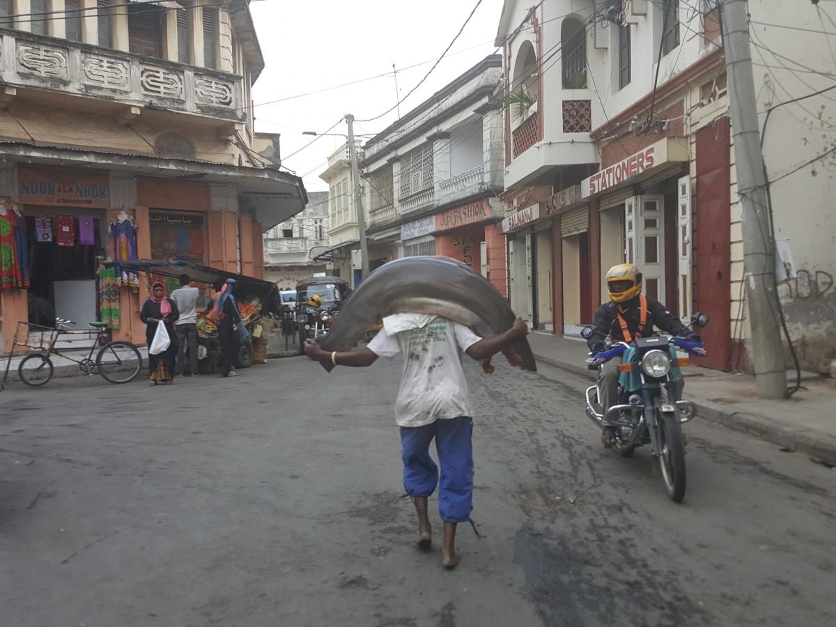 Zdjęcia: Stare miasto, Mombasa, Rozpalaj grila ,bedzie obiad:-), KENIA