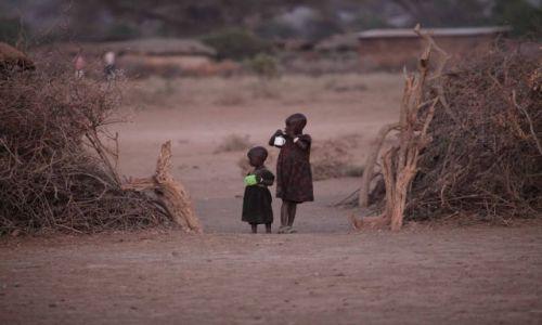 Zdjęcie KENIA / Park Amboseli / Wioska masajska / w oczekiwaniu na mleko
