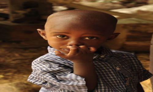 Zdjecie KENIA / Mombasa / Gdzieś  w  mieście  / Dziecko