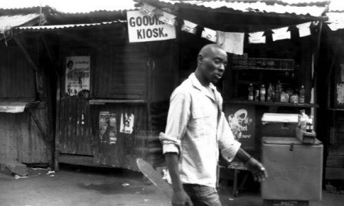Zdjecie KENIA / Afryka Wschodnia / kenijska wioska  / mężczyzna z maczetą