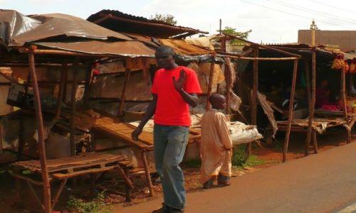 Zdjecie KENIA / Afryka Wschodnia / przydrożna wioska / życie ulicy