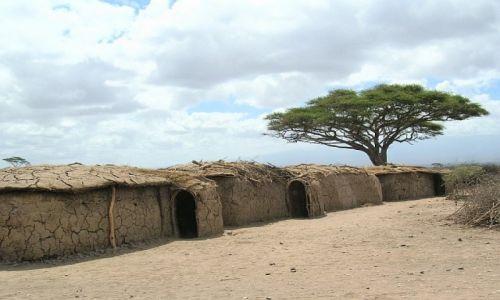 KENIA / . / P.N. Amboseli / chatki Masajów