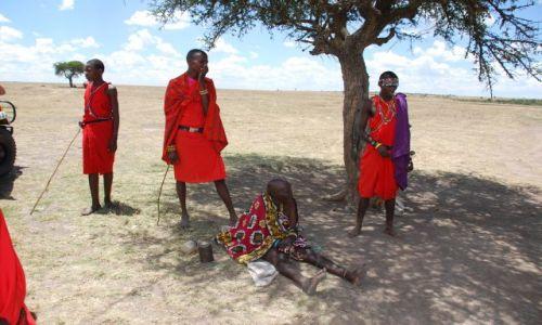 Zdjecie KENIA / MASAI MARA / Wioska Masajów / Młodzi Masaje z Masaj Mama