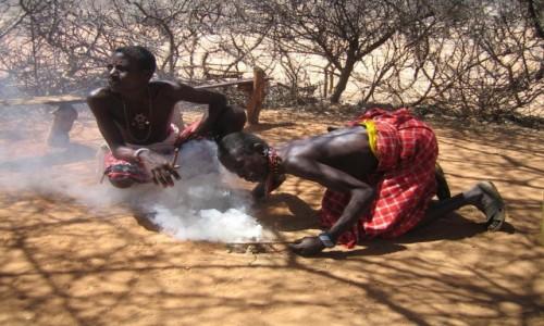 Zdjecie KENIA / Samburu / Samburu / Rozpalanie ogni