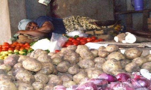 KENIA / północna Kenia / Lamu / dama na ziemniakach