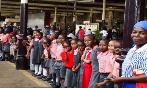 Zdjecie KENIA / brak / Stacja kolejowa w Nairobii / Dzieciaczki czekajace na pociag