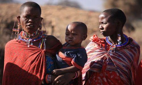 Zdjęcie KENIA / Park Narodowy Amboseli / Wioska masajska / kadr z  życia Masajów