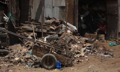 Zdjecie KENIA / przedmieścia Mombasy / Mombasa / pilnowanie magazynu....?