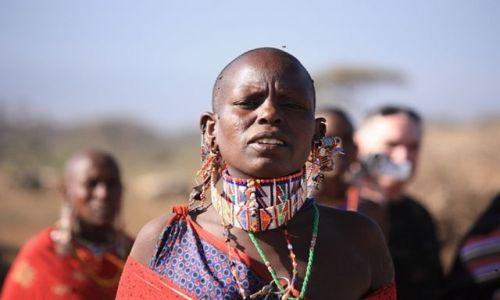 Zdjęcie KENIA / Park Narodowy Amboseli / wioska masajska / wokalistka masajskiego zespolu