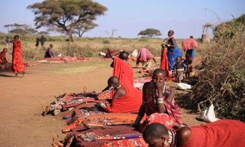 Zdjecie KENIA / Park Narodowy Amboseli / wioska masajska / masajski sklepik zorganizowany w ciągu 5 minut