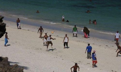 Zdjęcie KENIA / Ocean Indyjski / Mombasa / piłka nożna  plażowa.....