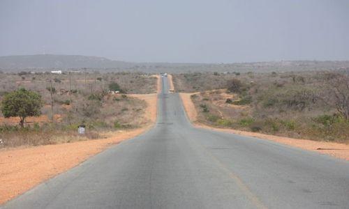 KENIA / Mombasa / Mombasa / jedyna droga łącząca Mombasę z Nairobi.