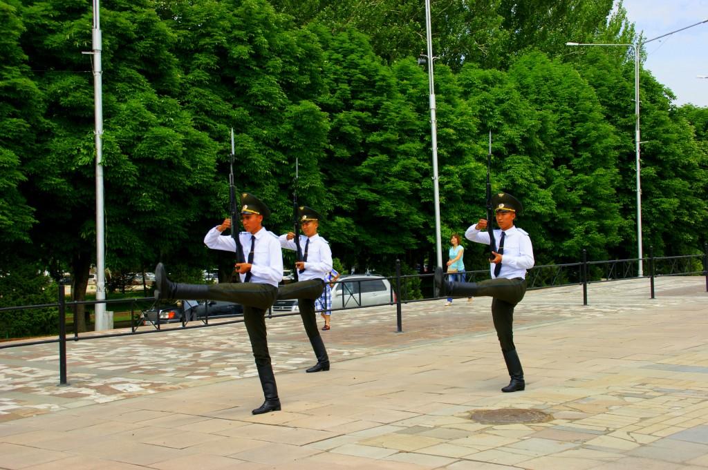 Zdjęcia: Biszkek , Biszkek , Zmiana  warty , KIRGIZJA