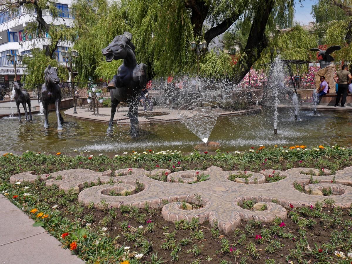 Zdjęcia: Biszkek, obwód czujski, Biszkek fontannami stoi, KIRGIZJA