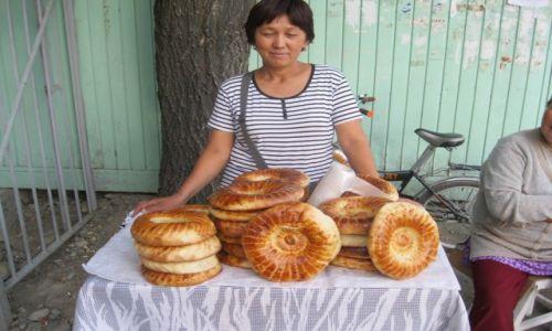Zdjecie KIRGIZJA / Kirgizja / Bisztek / Sprzedawczyni lepioszków