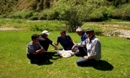Zdjęcie KIRGIZJA / Dalan Pass / Dalan Pass / Śniadanie  na trawie
