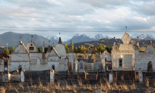KIRGIZJA / obwód issykkulski / po południowej tronie  jeziora Issyk Kul / Kirgijski cmentarz