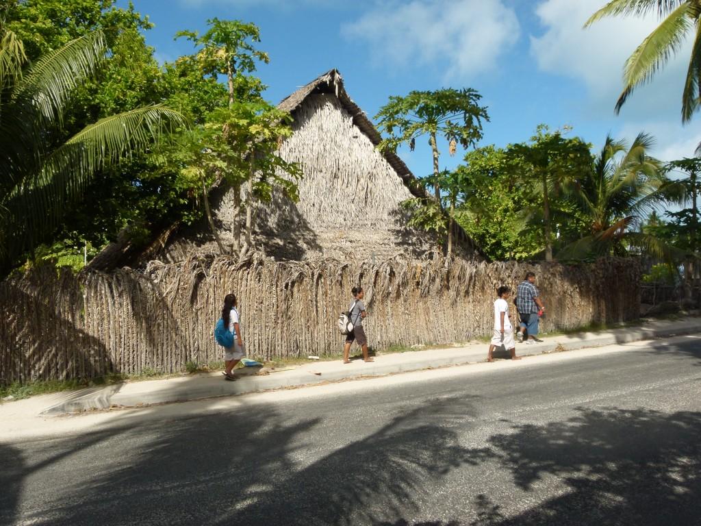 Zdjęcia: Bikenibeu, Tarawa, ...i ruch w stolicy..., KIRIBATI
