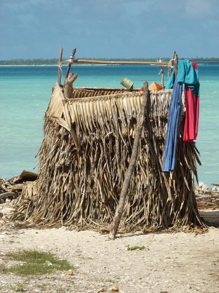 Zdjęcia: Betio, Tarawa, ...jest wielofunkcyjna wygódka..., KIRIBATI