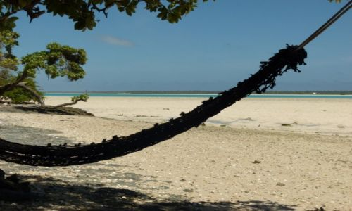 Zdjecie KIRIBATI / Tarawa / Bikenibeu / ...jest luz na plaży...