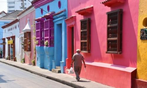 Zdjęcie KOLUMBIA / Cartagena de Indias / Stare miasto / Idąc kolorową ulicą