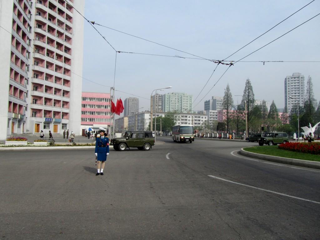 Zdjęcia: PHENIAN, AZJA, POLICJANTKA REGULUJACA RUCHEM NA ULICACH PHENIANU, KOREA PÓŁNOCNA