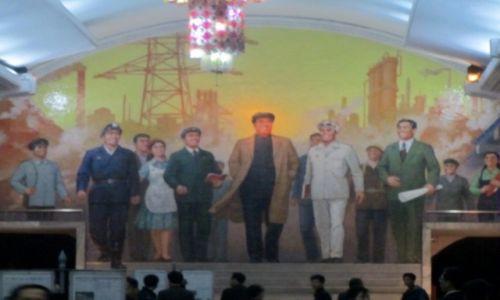 Zdjęcie KOREA PÓŁNOCNA / AZJA / METRO JEST B. GLEBOKIE, SLUZY JAKO SCHRON  / PHENIAN - KOREA POLNOCNA - W METRZE