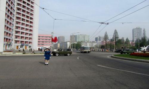 Zdjęcie KOREA PÓŁNOCNA / AZJA / PHENIAN / POLICJANTKA REGULUJACA RUCHEM NA ULICACH PHENIANU