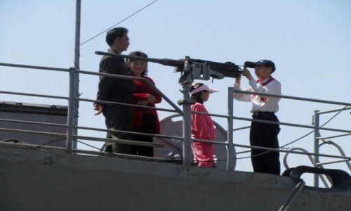 Zdjęcie KOREA PÓŁNOCNA / AZJA / PHENIAN / Polnocnokoreanscy pionierzy z rodzinami na okrecie USS Pueblo...